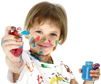 Kind, lächelnd mit Farbtopf
