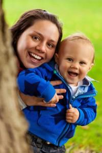 Mutter wirkt auf Kindkind mit ihrer offenen Haltung ansteckend: beide lachen